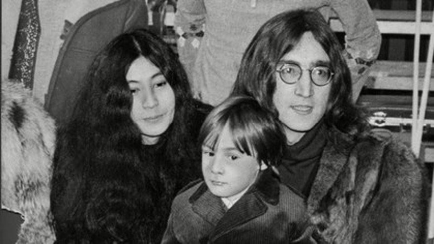 Yoko Ono y John Lennon con Julian (Shutterstock)
