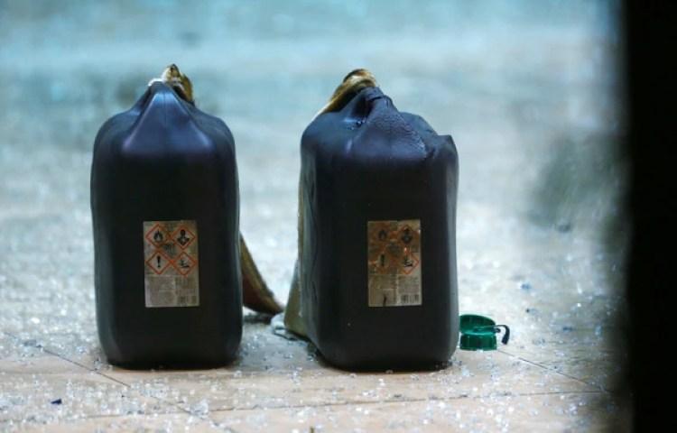 Los bidones de gasolina encontrados en el auto (Reuters)