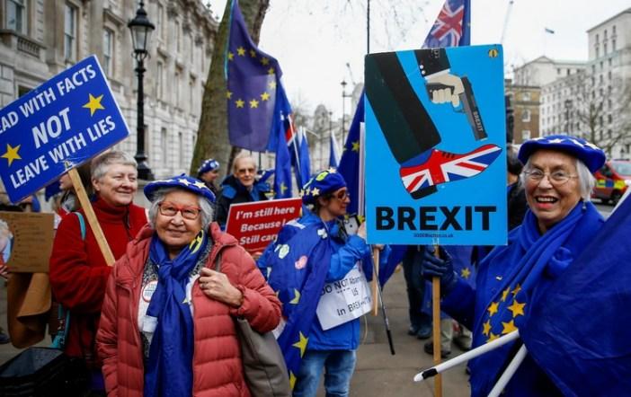 Manifestantes anti-Brexit en las afueras del parlamento británico (REUTERS/Henry Nicholls)