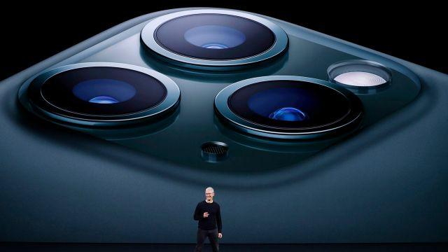 Las tres cámaras cuenta ofrecen resolución de 12 MP. (REUTERS/Stephen Lam)