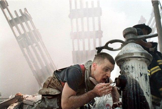 Michael Saber, voluntario del departamento de bomberos, bebe agua en medio de los serrvicios de rescate (Yoni Brook / The Washington Post)