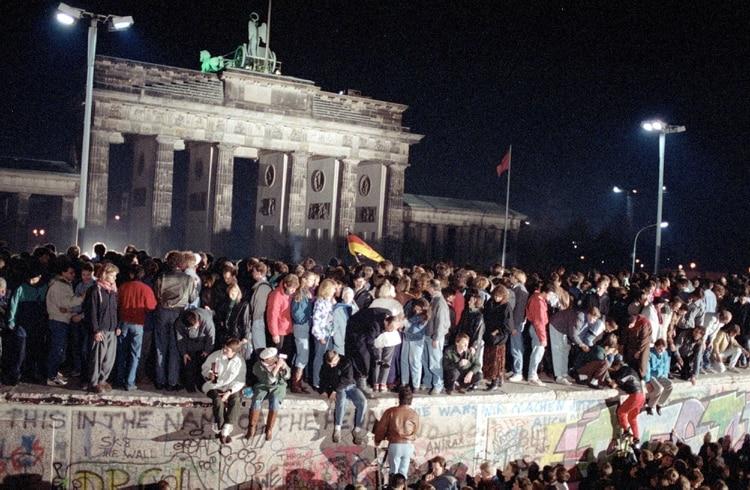 La madrugada del 10 de noviembre de 1989, cuando cientos de alemanes del Este y el Oeste festejaban la apertura del Muro (Martti Kainulainen/Shutterstock)