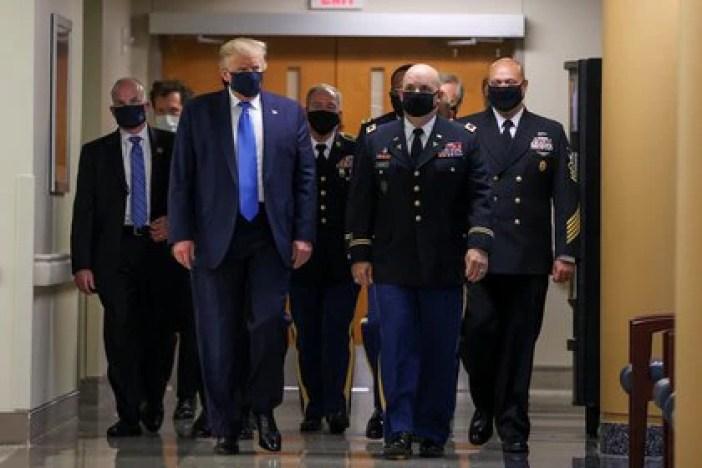 """Trump declaró que """"se esperaba"""" que utilizara una mascarilla en el centro médico en Bethesda (REUTERS/Tasos Katopodis)"""