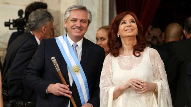 El presidente argentino, Alberto Fernández, sostiene el bastón presidencial, junto a su vicepresidenta, Cristina Fernández de Kirchner, en su ceremonia de asunción en el Congreso Nacional, Buenos Aires.