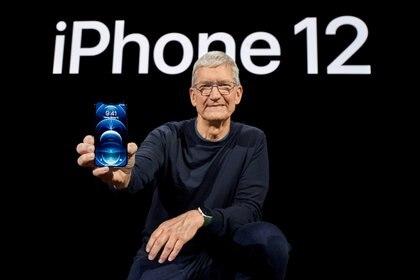 El CEO de Apple, Tim Cook, posa con el nuevo iPhone 12 Pro en Apple Park en Cupertino, California, EE. UU., En una foto publicada el 13 de octubre de 2020. Brooks Kraft / Apple Inc./vía REUTERS