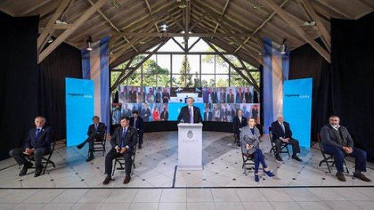 Alberto Fernández junto a empresarios y gremialistas en el acto del 9 de Julio del jueves pasado. Detrás de él, los gobernadores a través de conexiones virtuales (Foto: Presidencia)