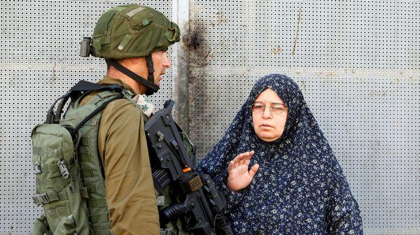 Una mujer palestina discutiendo con un soldado israelí tras otro ataque en Hebrón, Cisjordania (AP)