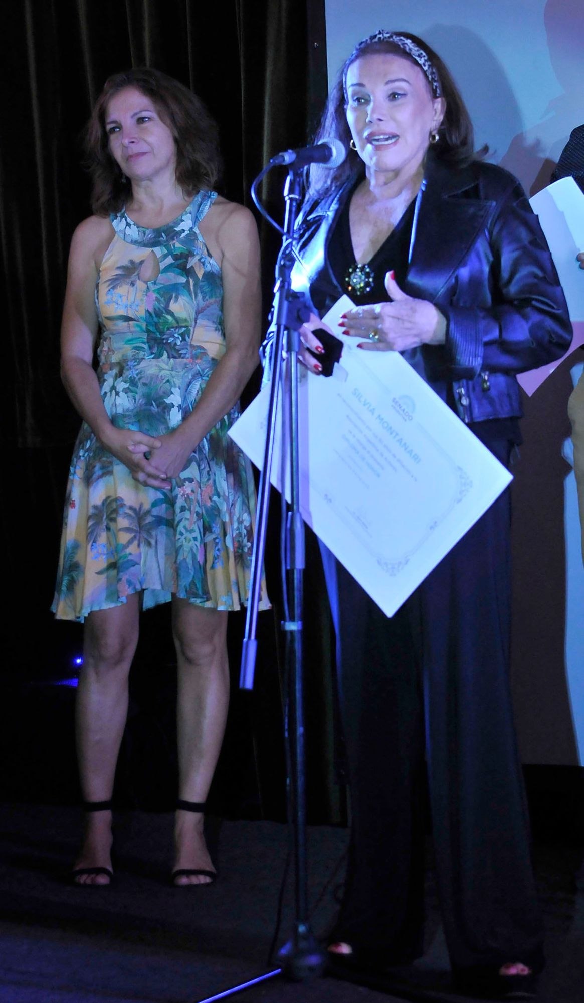 Silvia Montanari con su diploma de los Premios Podestá; detrás, Alejandra Darín, de la Asociación Argentina de Actores