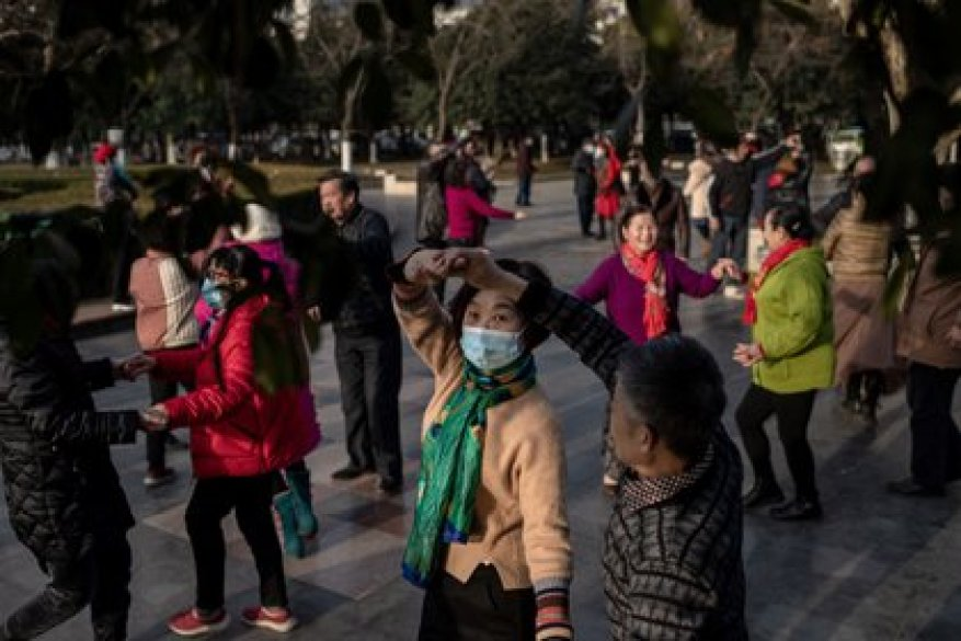 People dance in Wuhan, despite the commemoration of the anniversary of the first person killed by COVID-19 in that city