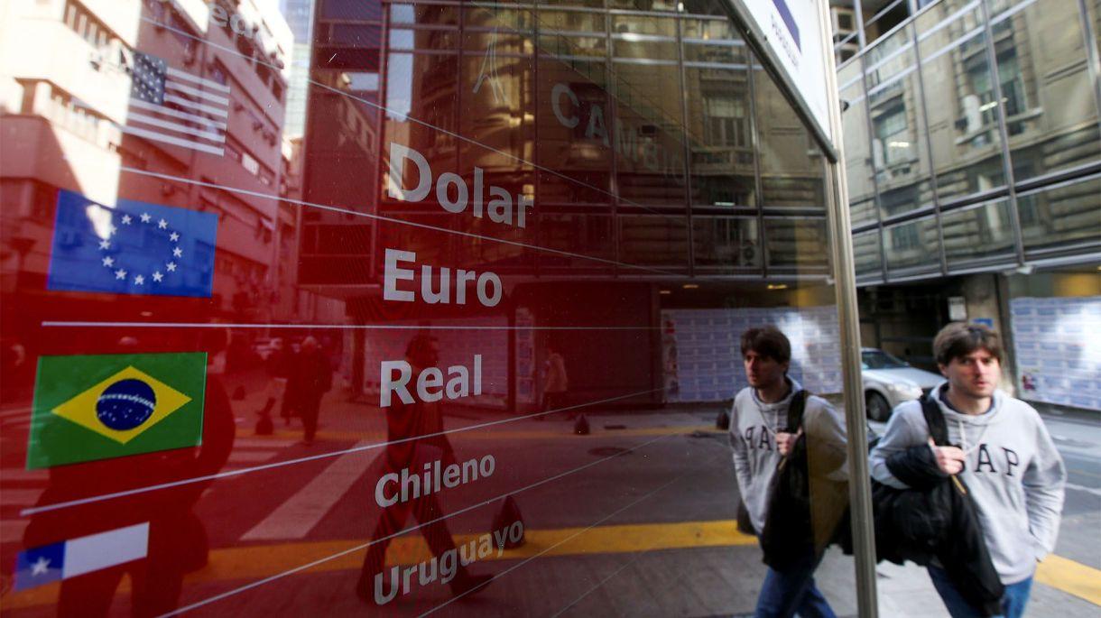 Cotizaciones de divisas en la city porteña (REUTERS/Agustin Marcarian/File Photo)