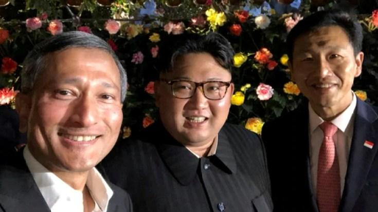 Kim jong-un en una selfie con Vivian Balakrishnan, el canciller de Singapur, en un paseo por la ciudad-Estado horas antes de la cumbre (Reuters)