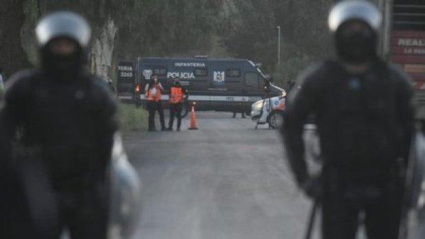El cuerpo estaba envuelto en mantas y fue encontrado en la calle Maipú al 2300 por el personal de la Policía Científica y de la Unidad Fiscal de Homicidios (Gentileza diario Los Andes)