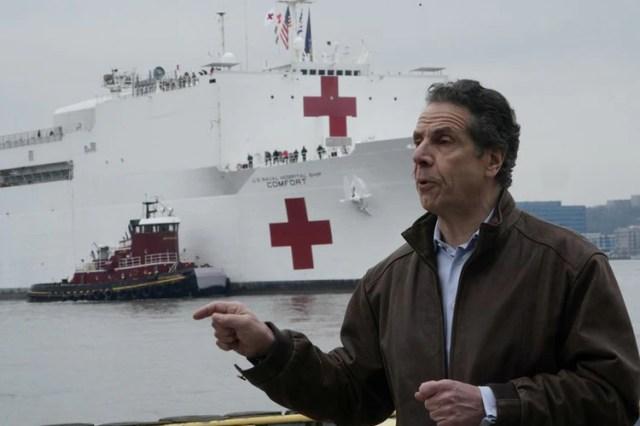 El gobernador de Nueva York, Andrew Cuomo, habla mientras el USNS Comfort se detiene en Manhattan durante el brote de la enfermedad por coronavirus (COVID-19), en el distrito de Manhattan de Nueva York, Nueva York, EE UU, 30 de marzo de 2020. REUTERS / Carlo Allegri