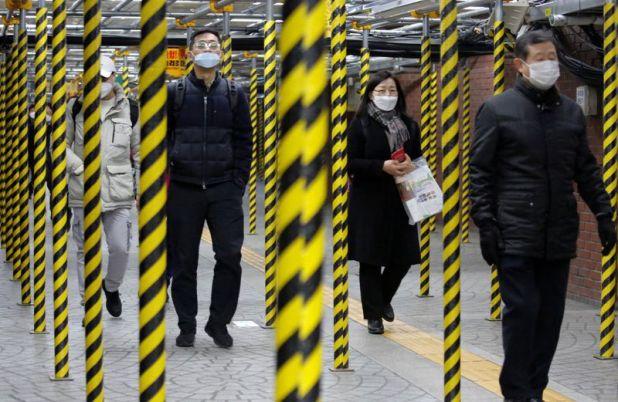 Usuario del Metro de Seúl, capital de Corea del Sur, el segundo país más afectado por el coronavirus.  REUTERS/Heo Ran