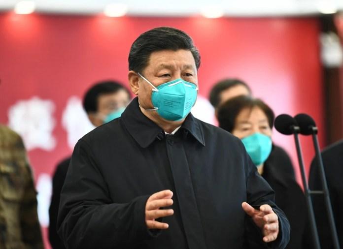 Xi Jinping habla en video con pacientes y trabajadores médicos en el Hospital Huoshenshan en Wuhan, en la provincia central de Hubei. El jefe del régimen le prohibió a los profesionales de la salud de China hablar sobre el nuevo brote viral (AP)