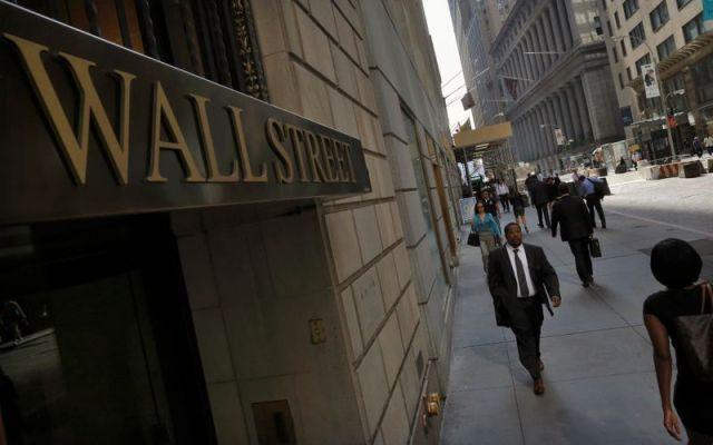 Imagen de archivo de personas andando por Wall Street, en Nueva York, EEUU. 5 septiembre 2013. REUTERS/Brendan McDermid