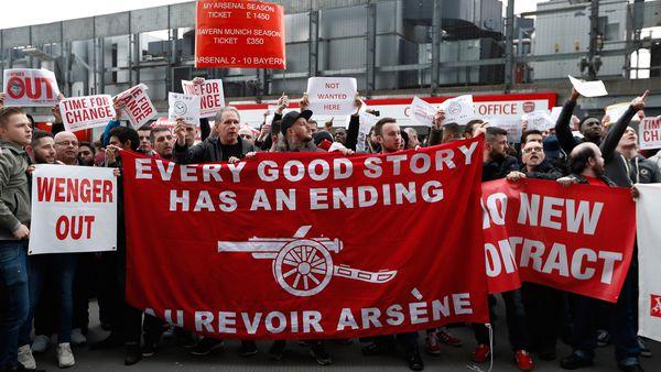 """Las banderas en contra de Wenger: """"Toda buena historia tiene un final"""" (Reuters)"""