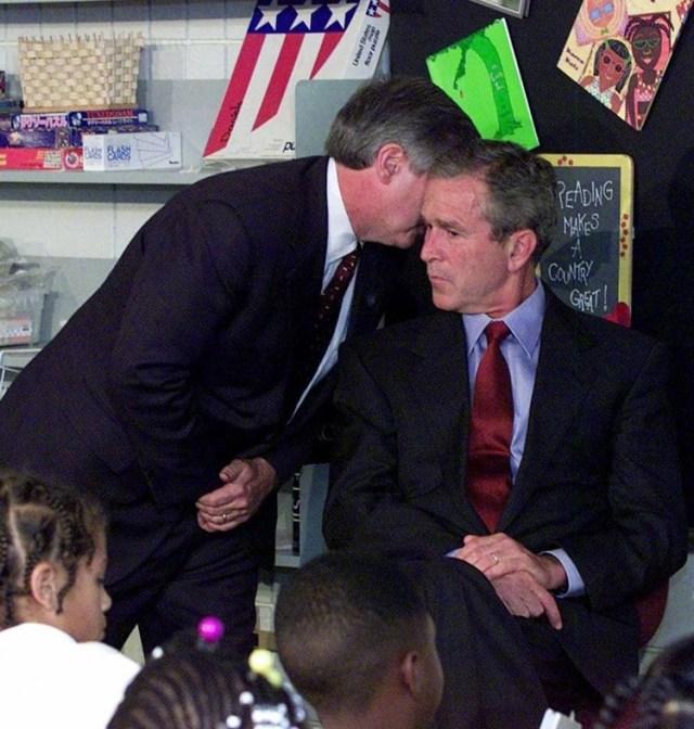 El jefe del gabinete de la Casa Blanca, Andy Card, le susurra al oído al presidente Bush sobre los hechos acontecidos en el World Trade Center (AP Photo/Doug Mills)