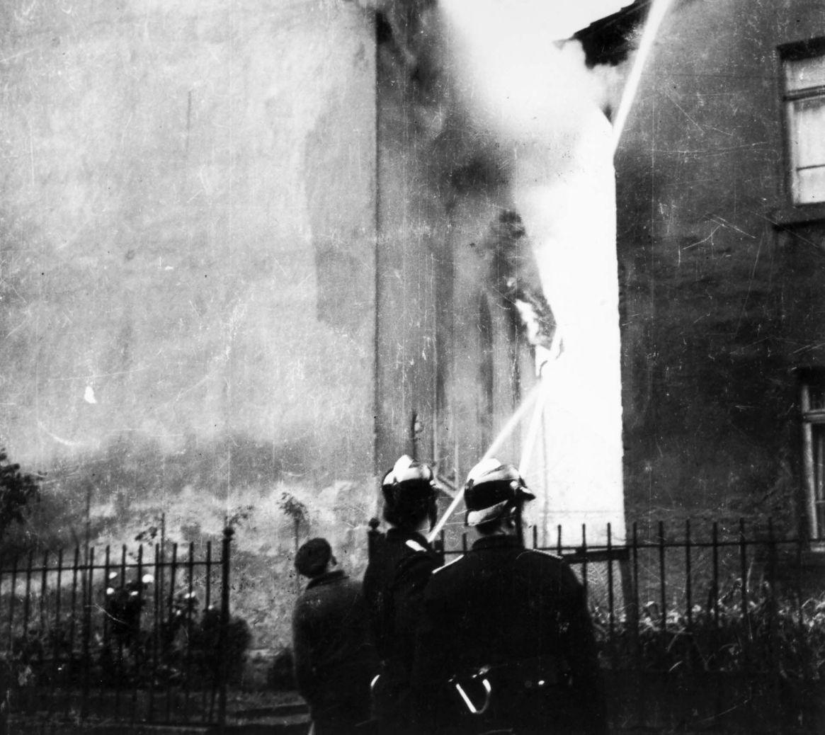 El fuego en 1.500 sinagogas. Los bomberos intentaron detener las llamas que llegaban hasta las casas vecinas (Granger/Shutterstock)