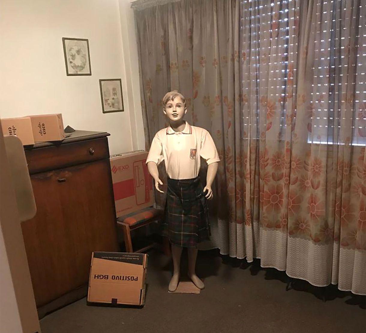 El maniquí con ropa escolar: jumper de nena.