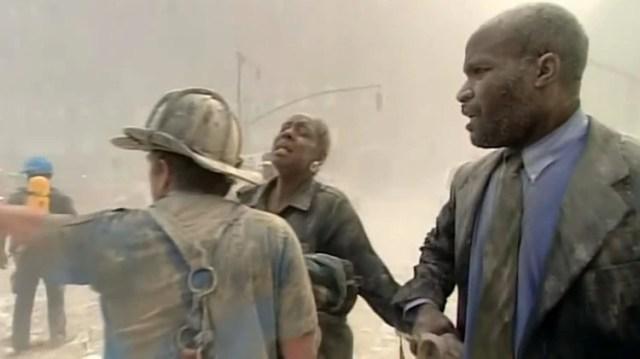 """Una mujer asustada pide auxilio tras la primera explosión porque tiene """"algo"""" en los ojos y no puede ver (Foto: CBS/captura de video @MarkLaGanga)"""