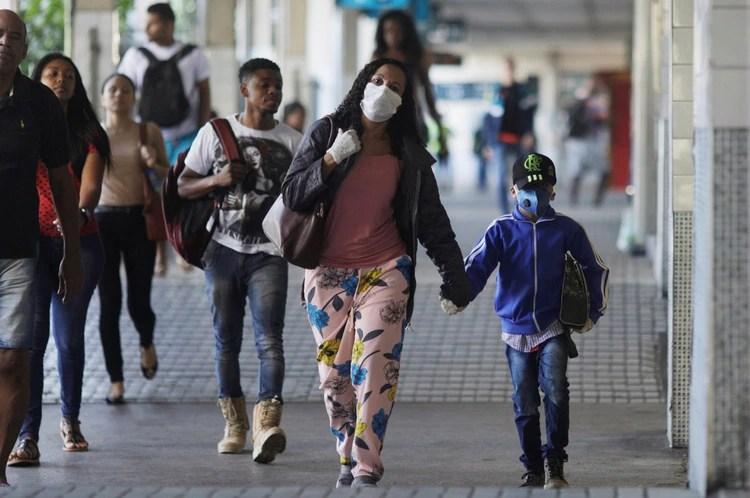 Pasajeros en la estación central de tren en Río de Janeiro durante el brote de coronavirus (REUTERS/Ricardo Moraes)
