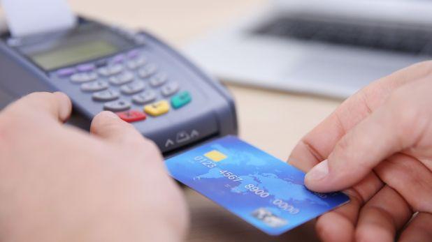 Primer paso para el turista que viaja al exterior: chequear a qué cuenta está vinculada la tarjeta de débito