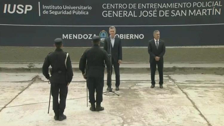 El jefe de Estado participó de una entrega de chalecos antibalas en Mendoza