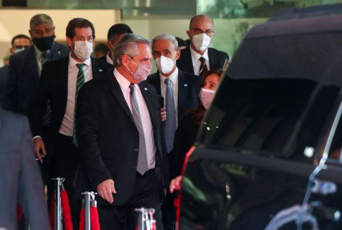 Alberto Fernandez abandona el hotel Presidente rumbo al laboratorio que completa la fabricación de la vacuna Oxford-Astrazeneca
