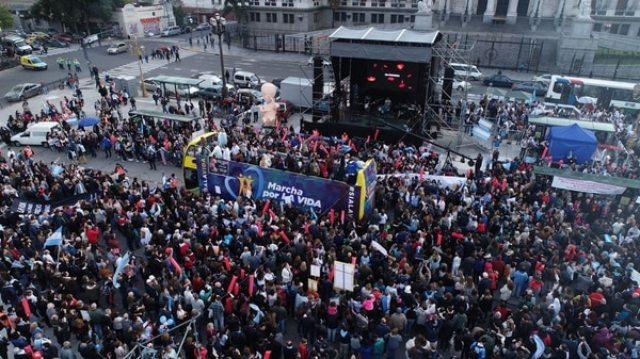 Los manifestantes rechazan el proyecto de ley que se está tratando en el Congreso