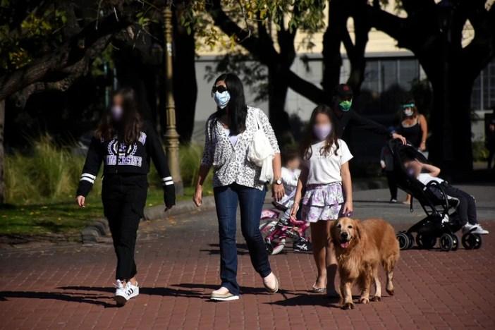 Niñas y niños salieron a pasear por diferentes parques de la ciudad de Buenos Aires el pasado fin de semana, tras la habilitación de las salidas recreativas para los menores de edad