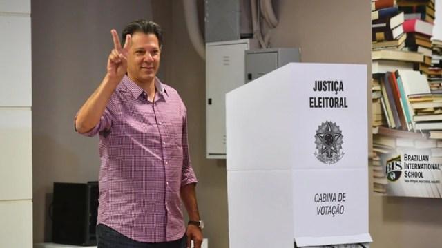 Fernando Haddad salió segundo y competirá en en balotaje contra Bolsonaro (AFP)