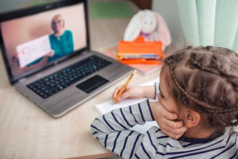 Tras varios meses en régimenes de clases virtuales por diferentes plataformas, los niños comienzan a volver a la presencialidad (Shuttertsock)