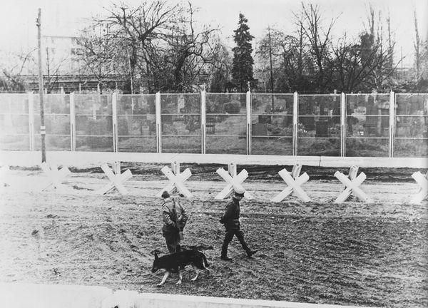 """Guardias de Alemania oriental controlan la """"franja de la muerte"""", el espacio entre los dos muros, en diciembre de 1967. (Getty Images)"""