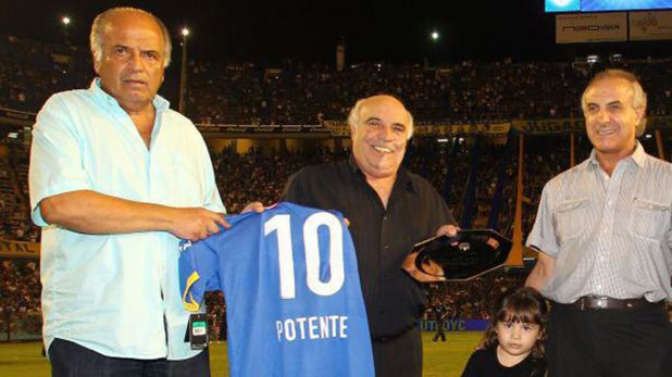 Osvaldo Potente, en un reconocimiento que le hizo el club en la Bombonera (@DiarioXeneize)