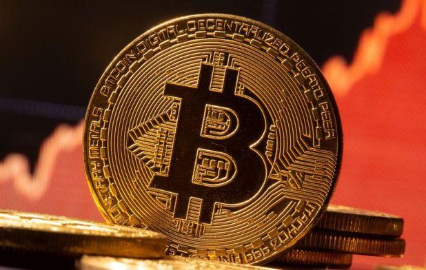 Una representación de la moneda virtual Bitcoin se ve delante de un gráfico de valores en esta imagen de ilustración.
