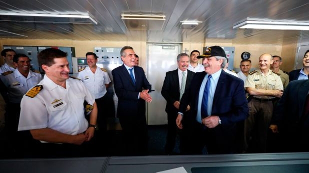 En esta segunda etapa el rompehielos, luego de embarcar personal militar y científico, efectuará el relevo de las dotaciones de las bases permanentes Orcadas y Belgrano 2