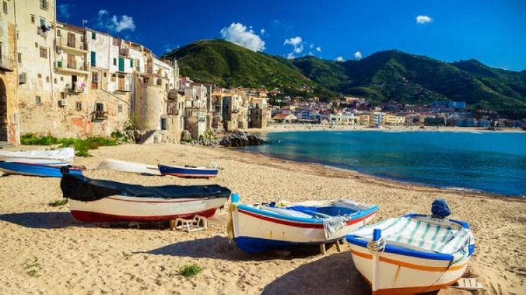 Cefalú, un pueblo medieval siciliano cuyo encanto es tan particular que varias películas se filmaron entre sus calles (Getty)