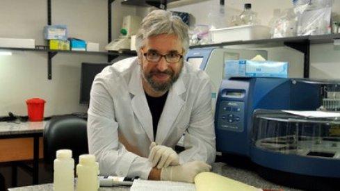 El doctor Fernando Polack, director de la Fundación Infant, seguirá la evolución de la vacuna que se aplicará en el país