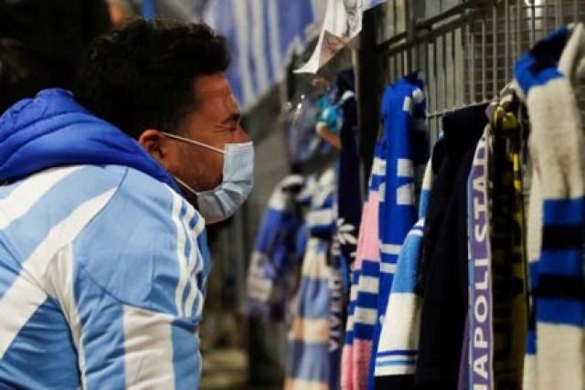Un hombre lamenta la muerte de Maradona frente al estadio de Napoli, en Italia (Foto: Reuters)