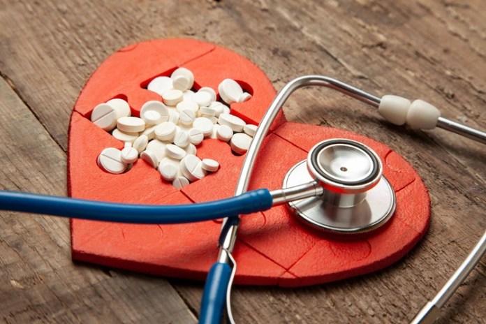 Tomar aspirina diariamente para la prevención de enfermedades del corazón. De estos, unos 6,6 millones de personas lo hicieron sin la recomendación de un médico (shutterstock)