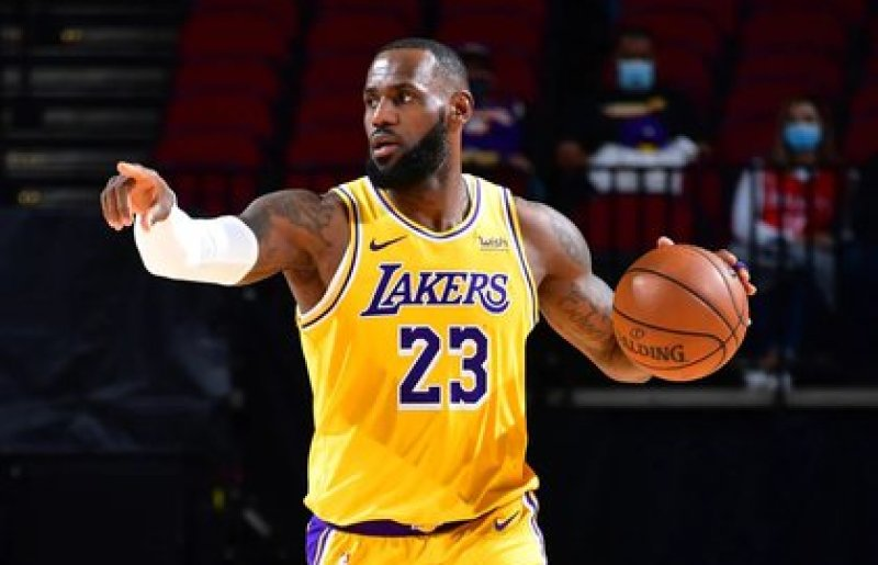 LeBron James fue la figura de los Lakers junto a Anthony Davis (Reuters)
