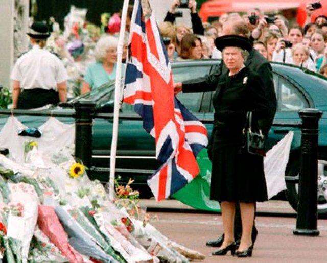 La reina Isabel II y el duque de Edimburgo miran los tributos florales que se realizan frente al Palacio de Buckingham en memoria de Diana, princesa de Gales, el 5 de septiembre de 1997