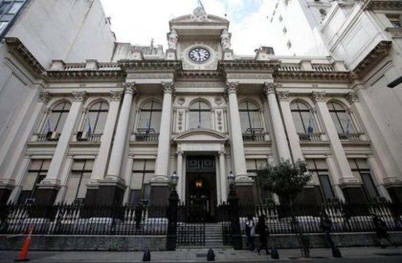 Vista panorámica de la fachada del Banco Central de la República Argentina, en Buenos Aires. 2 de septiembre de 2019. (REUTERS/Agustín Marcarián)
