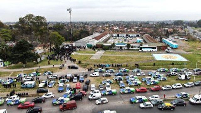 La mayoría de los manifestantes rodenado la torre en la que se encuentra subido Oscar Pagano (Lihueel Althabe)