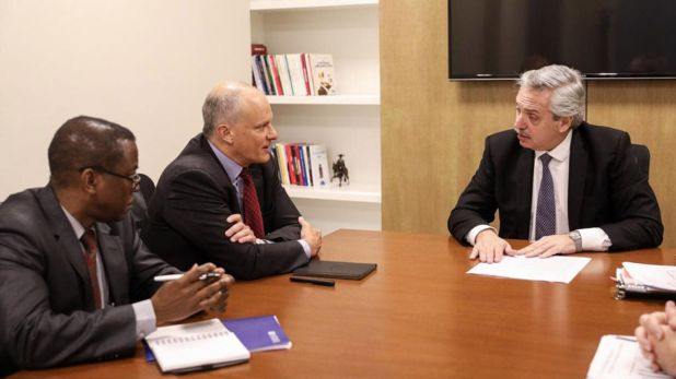 Alberto Fernández en agosto de 2019, tras su triunfo en las PASO, junto a Alejandro Werner y Trevor Alleyne, funcionarios del FMI