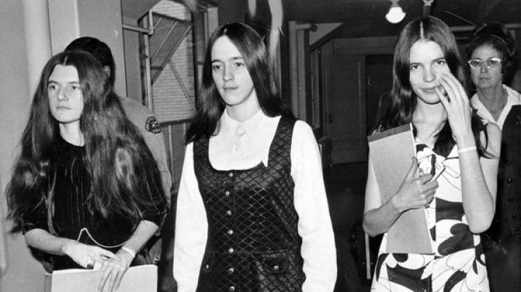 Tres seguidoras de Manson, Patricia Krenwinkel, Susan Atkins y Leslie Van Houten en 1971, durante el juicio por los asesinatos (AP)