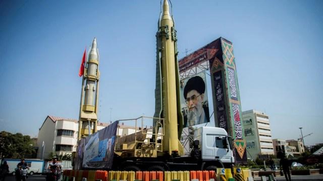 Misiles balísticos de Irán junto a un retrato del ayatolá Ali Khamenei (Reuters)
