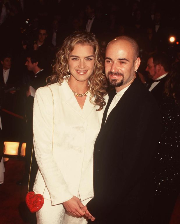 Shields Brooke con Andre Agassi en 1999 (Grosby Group)