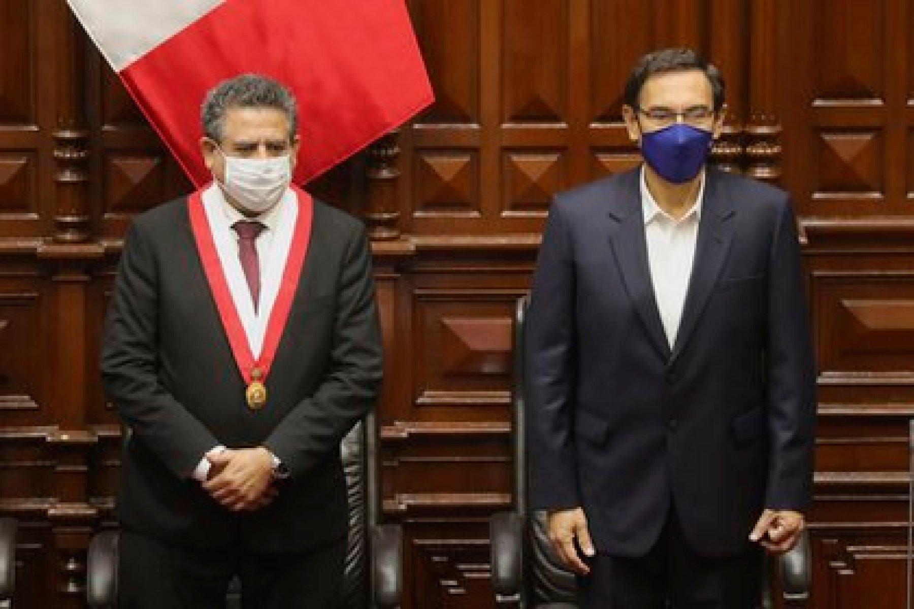Imagen de archivo del presidente de Perú, Martín Vizcarra, junto al presidente del Congreso, Manuel Merino (EFE/Paolo Aguilar/Archivo)